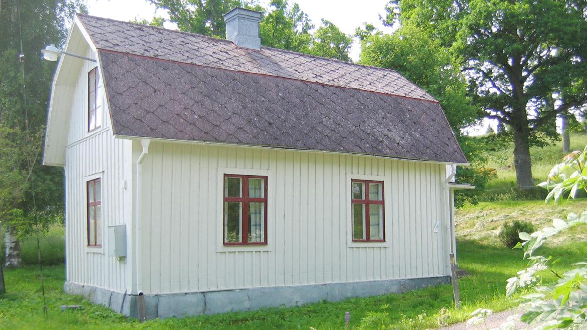 Ett hus med eternittak.