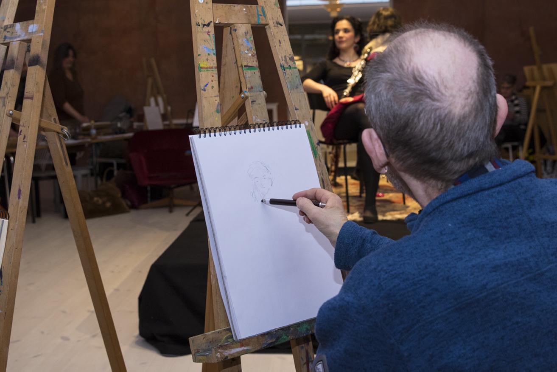 En person som tecknar kroki