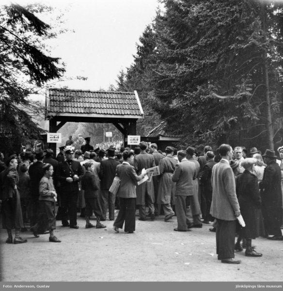 Folk framför portalen till Stadsparksvallen.