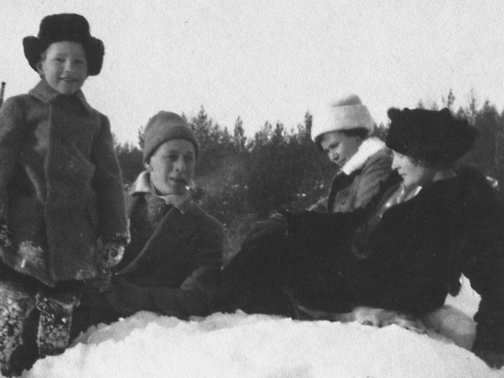Putte, John, okänd kvinna och Ester är ute i snön.