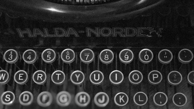 Tangenter på en gammal skrivmaskin.