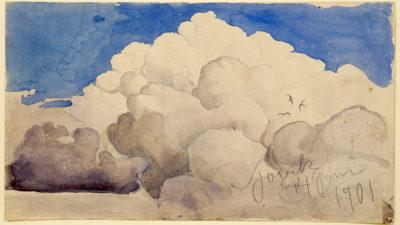 Vita moln mot blå himmel. Tre svalor flyger framför molnen.