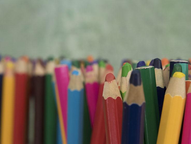 Pennor i olika färger.