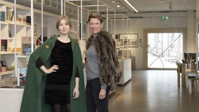 Två receptionister i museibutiken