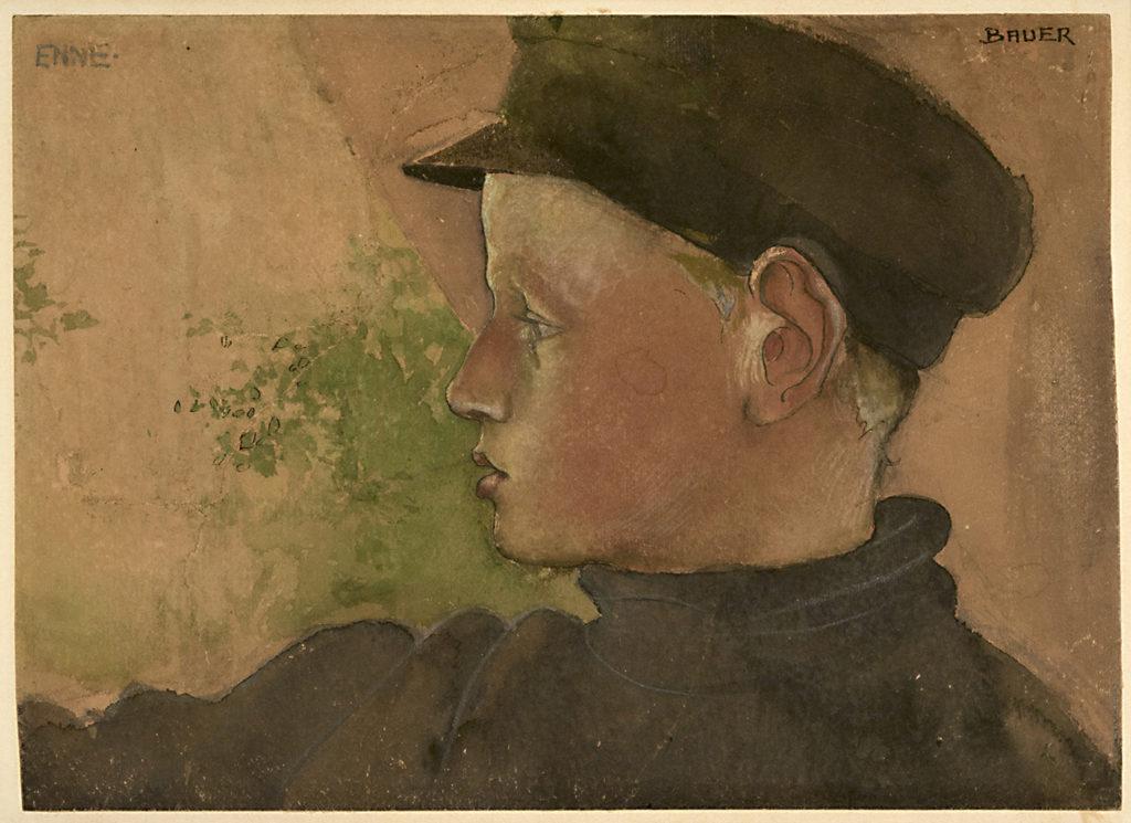 Porträtt av pojke i profil tittande mot höger. Han har en blå skärmmössa på huvudet och blå polotröja.