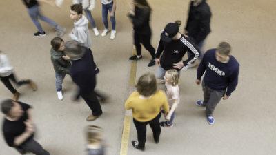 Flera personer på ett golv.