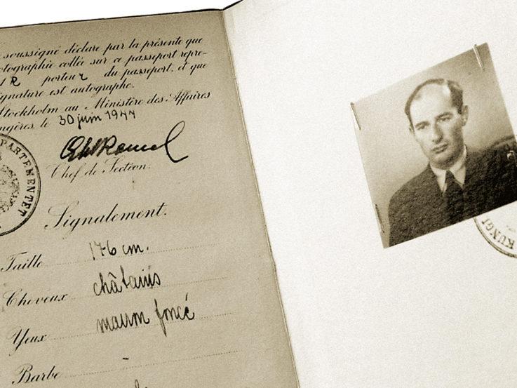 Ett uppslaget pass med bild på Raoul Wallenberg.