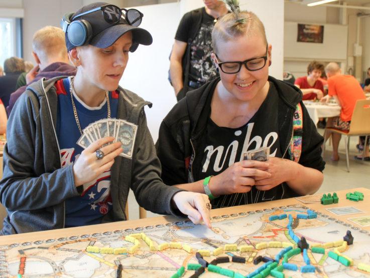 Två människor spelar spel