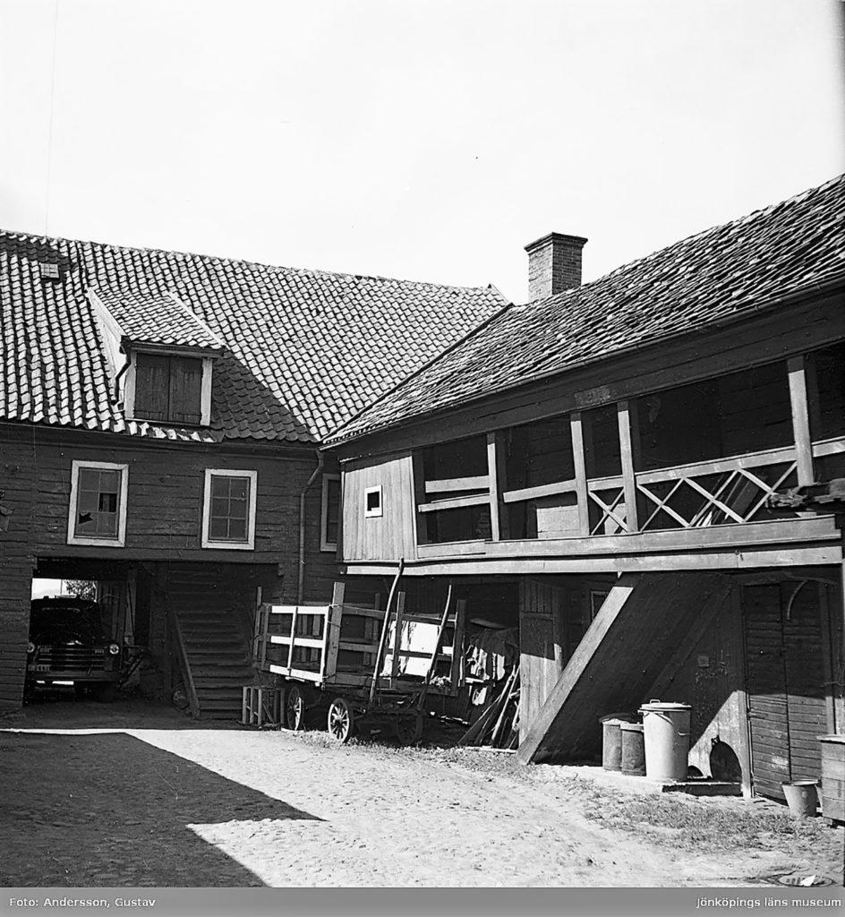 Äldre bild på en innergård.