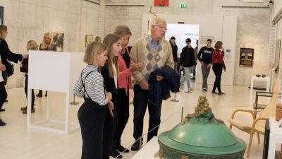 Museibesökare i en utställningssal.