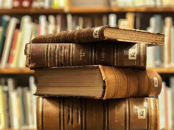 En hög med böcker.
