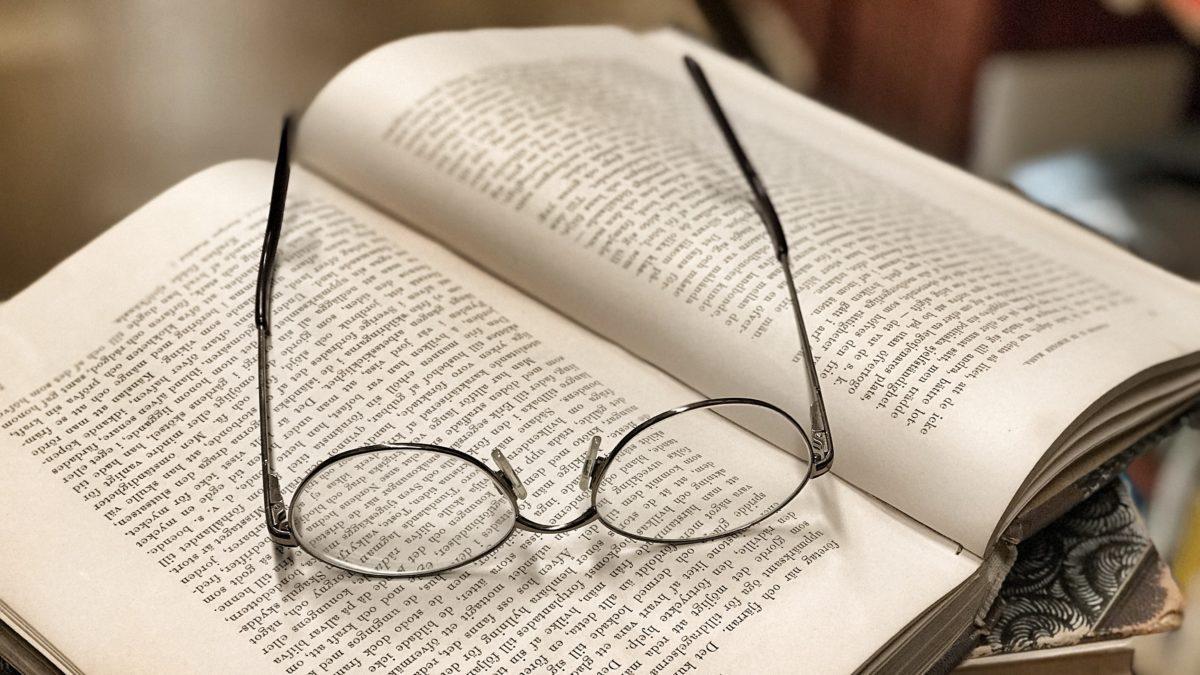 Ett par glasögon på ett bokuppslag.