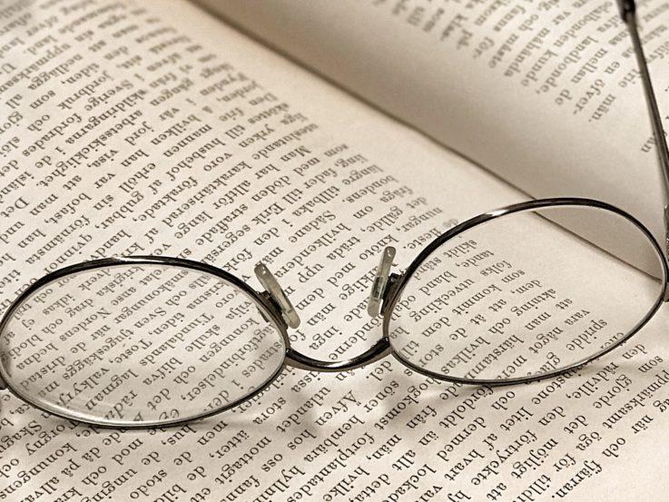 Glasögon på ett bokuppslag.