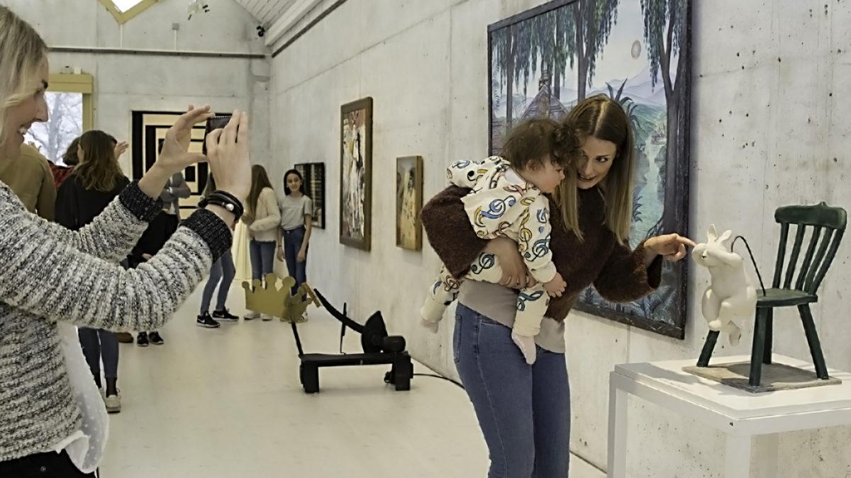 Mamma och barn på konstutställning