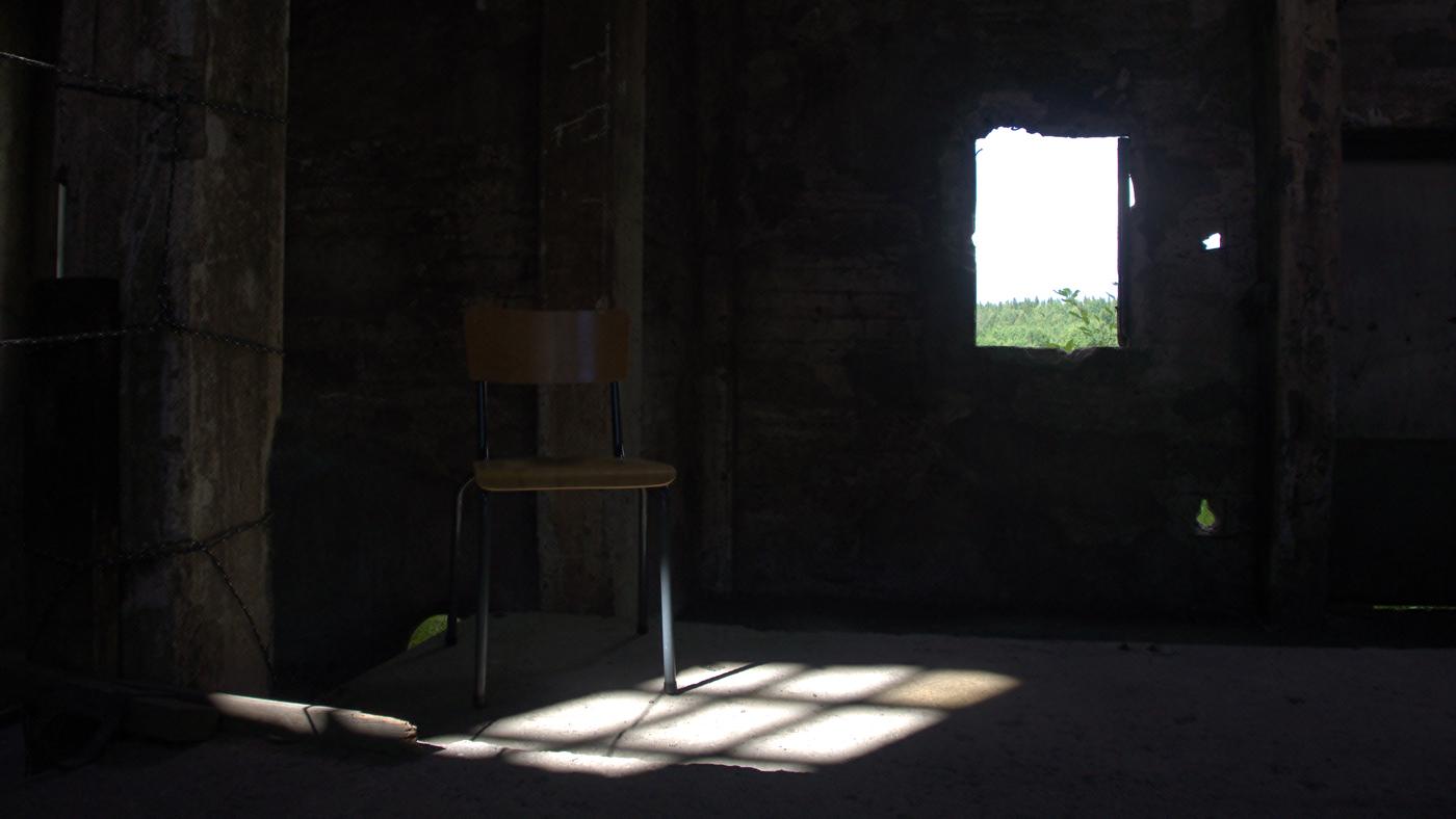 Stol i rum där ljus kommer in från fönster