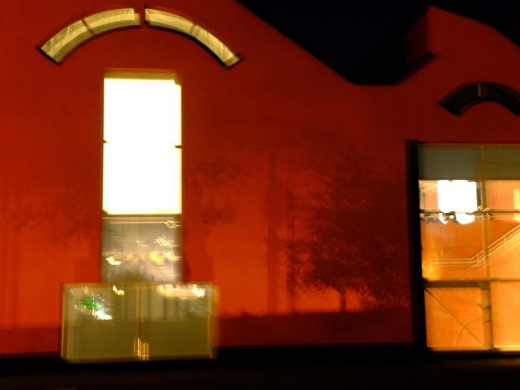 Baksidan av museet fotograferat om kvällen