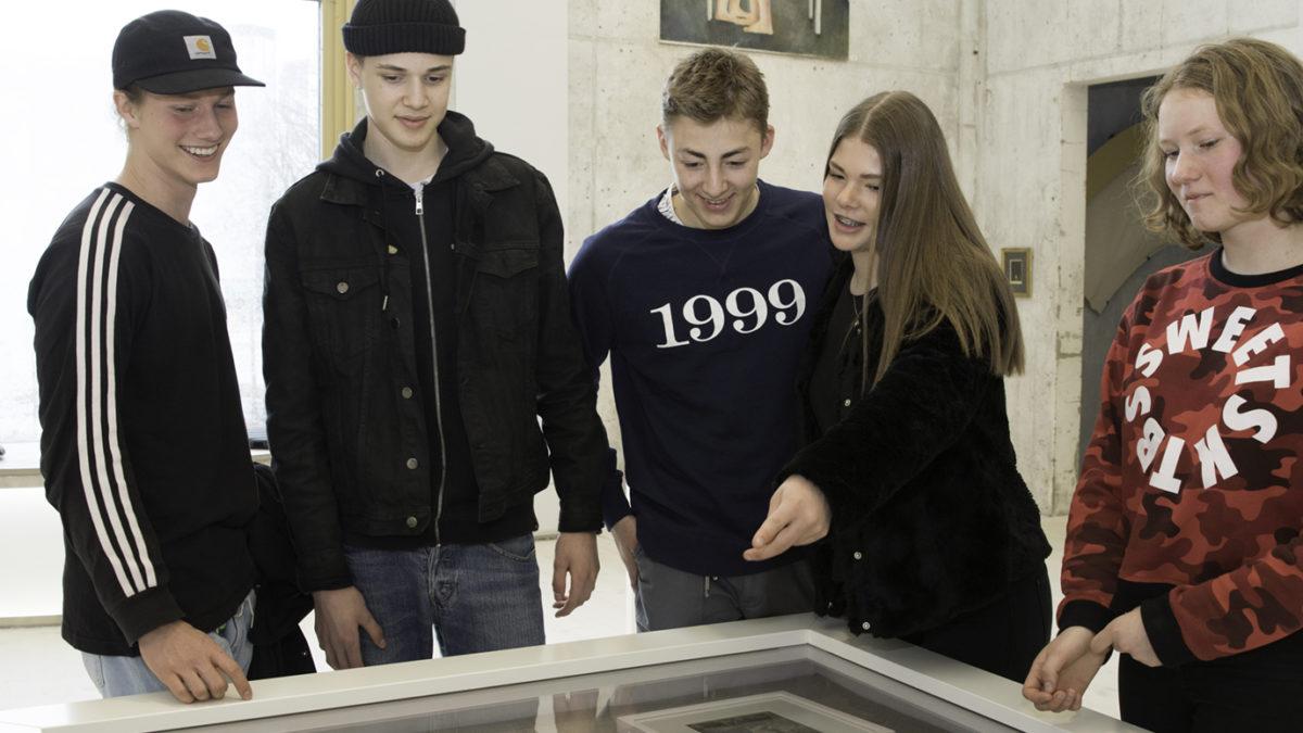 Ungdomar tittar på konst