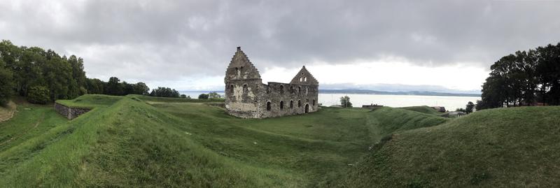 Panoramabild över slottanläggningen, bastionens höga vallar är kvar. Södra längans ruin reser sig mot himlen men resten är borta