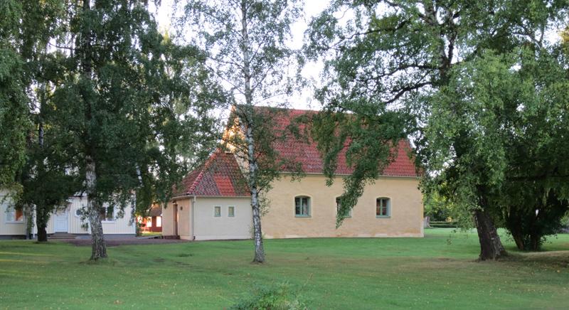 Tingshuset på Visingsö med putsad blekt gul fasad.