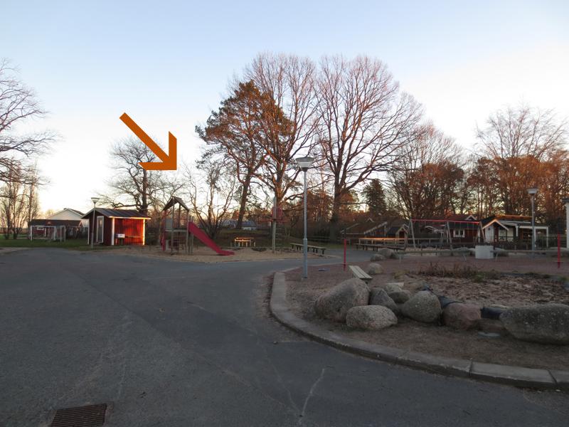 Kullen ligger mitt i Kumlabyskolans lekplats.
