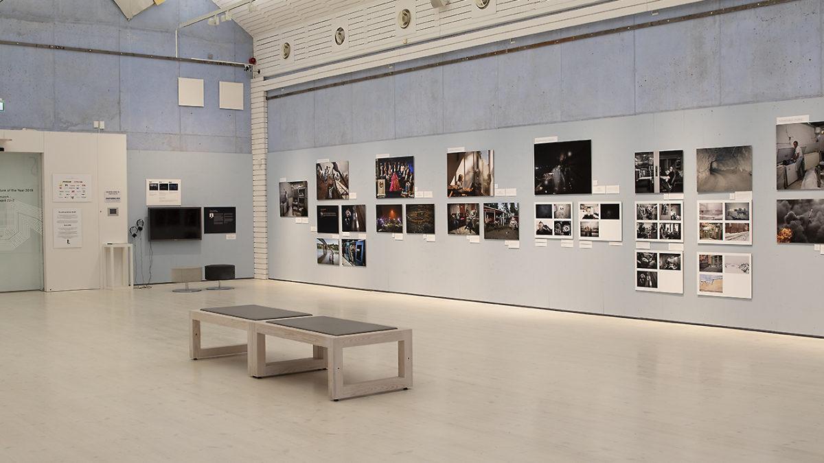 En sal med fotografier