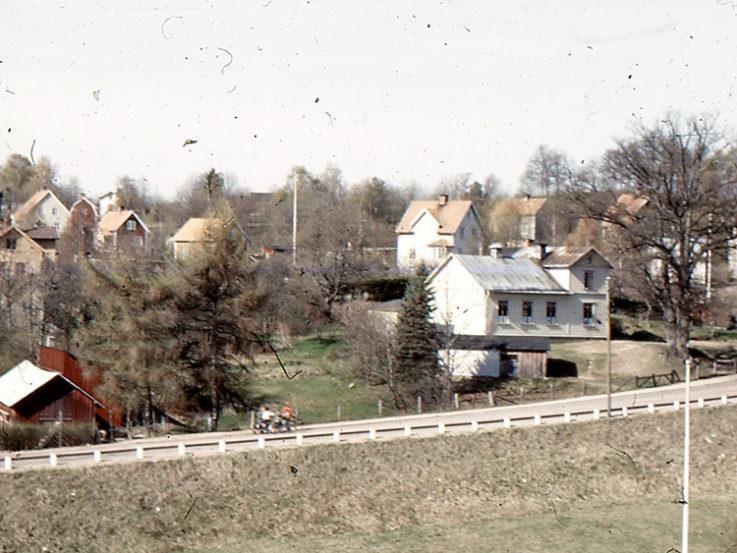 En bild från innan 1950 på en väg och hus - Övre Mariebo
