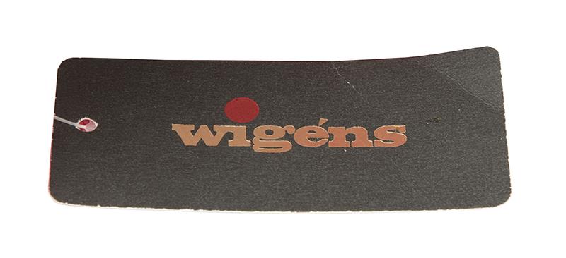 Varumärkesetikett för Wigéns med litet w och röd prick över i:et.