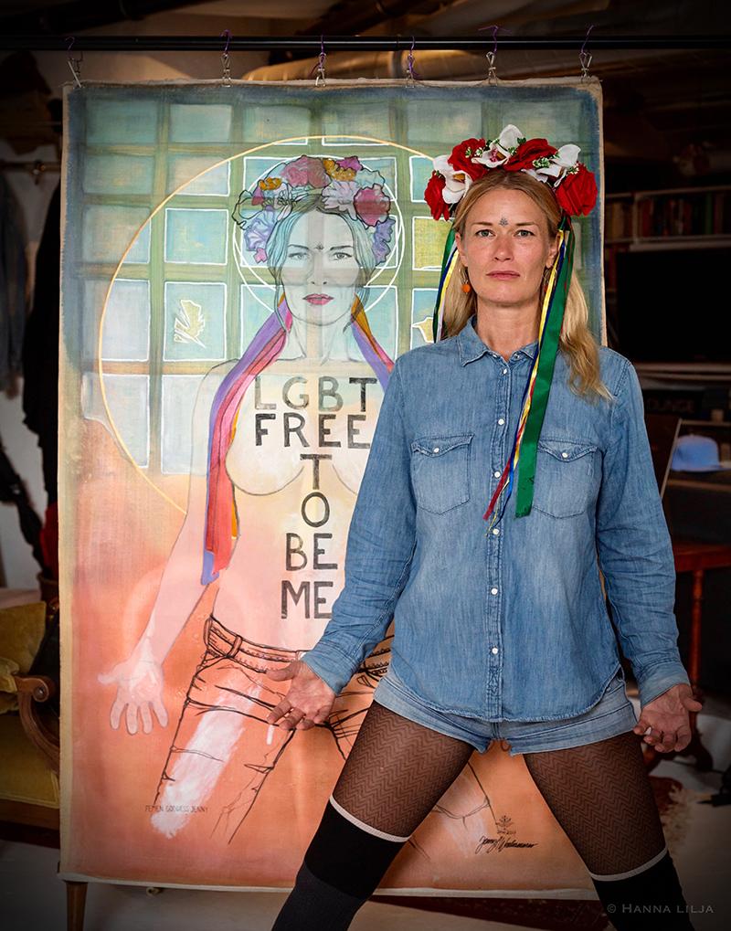 Självporträtt föreställande Jenny Wenhammar där konstnären själv står framfför verket. Foto: Hanna Lilja