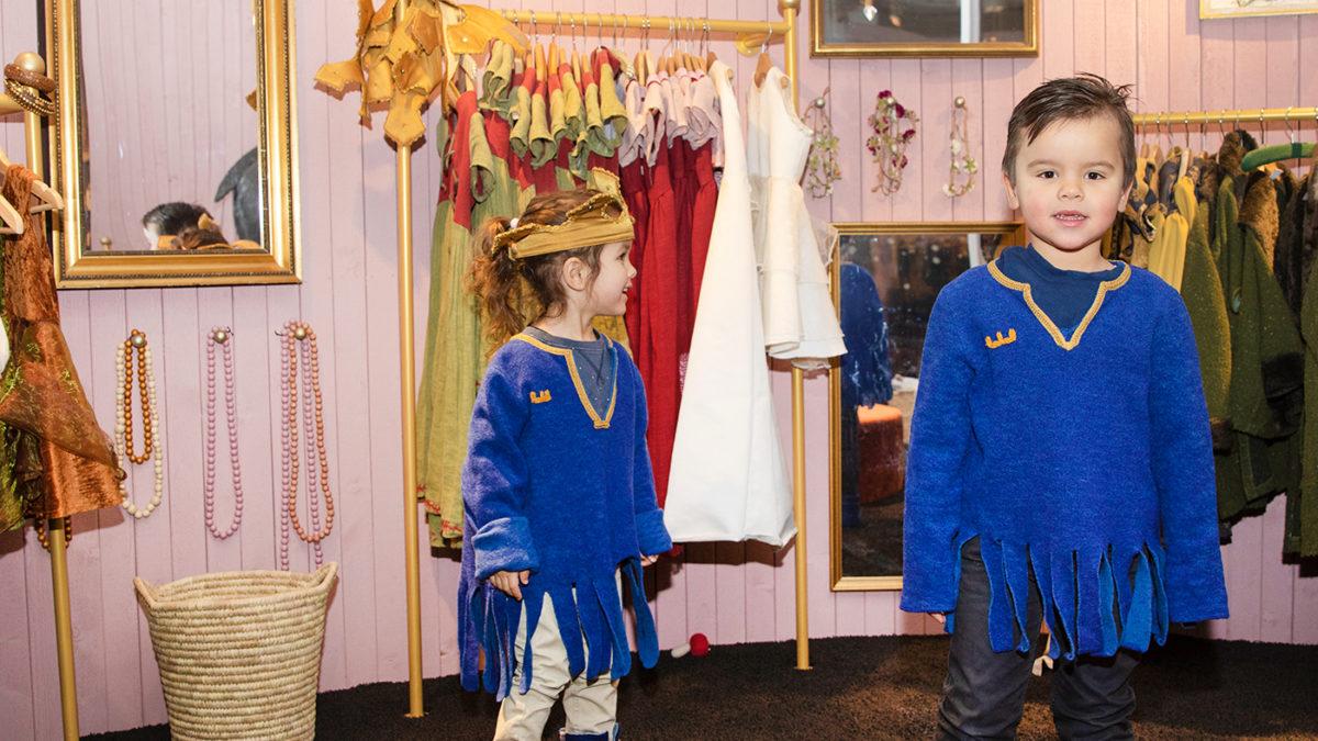 Två barn har klätt ut sig i sagogarderoben
