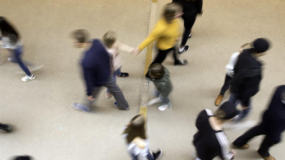 Besökare fotade uppifrån inne på museet, med rörelseoskärpa