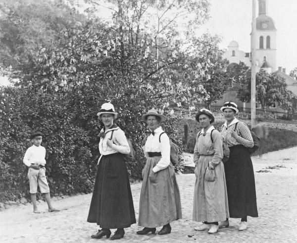 Fyra kvinnor på en gata i Gränna