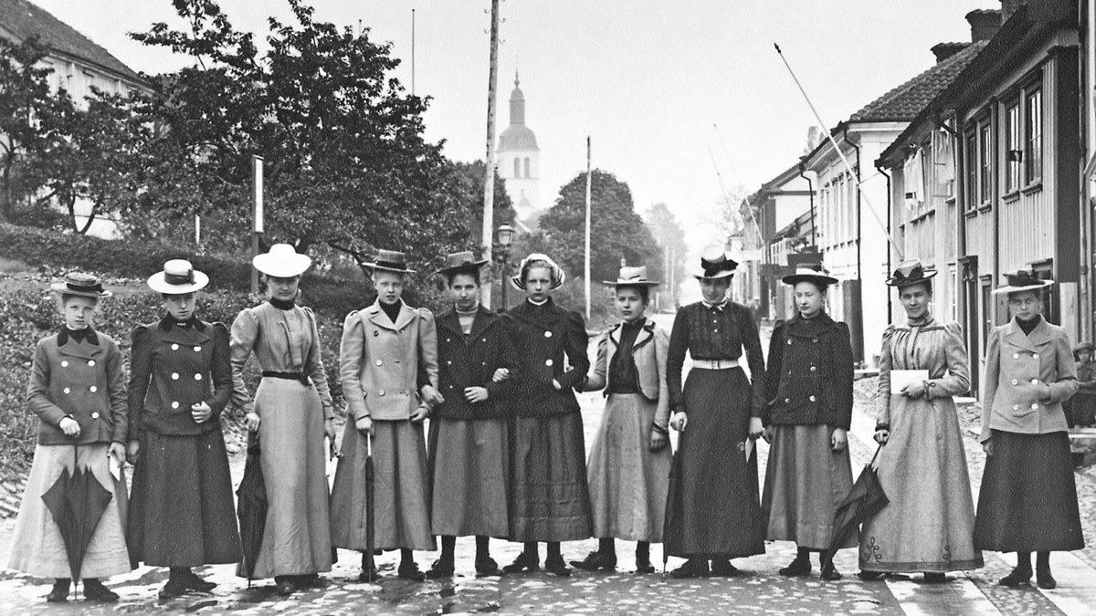 Kvinnor på rad på en gata