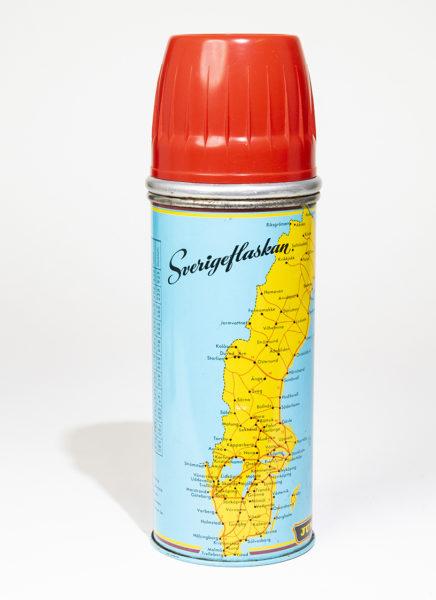 """Termos dekorerad med en gul Sverigekarta mot turkos botten och texten """"Sverigeflaskan"""" . Röd plastmugg på toppen."""
