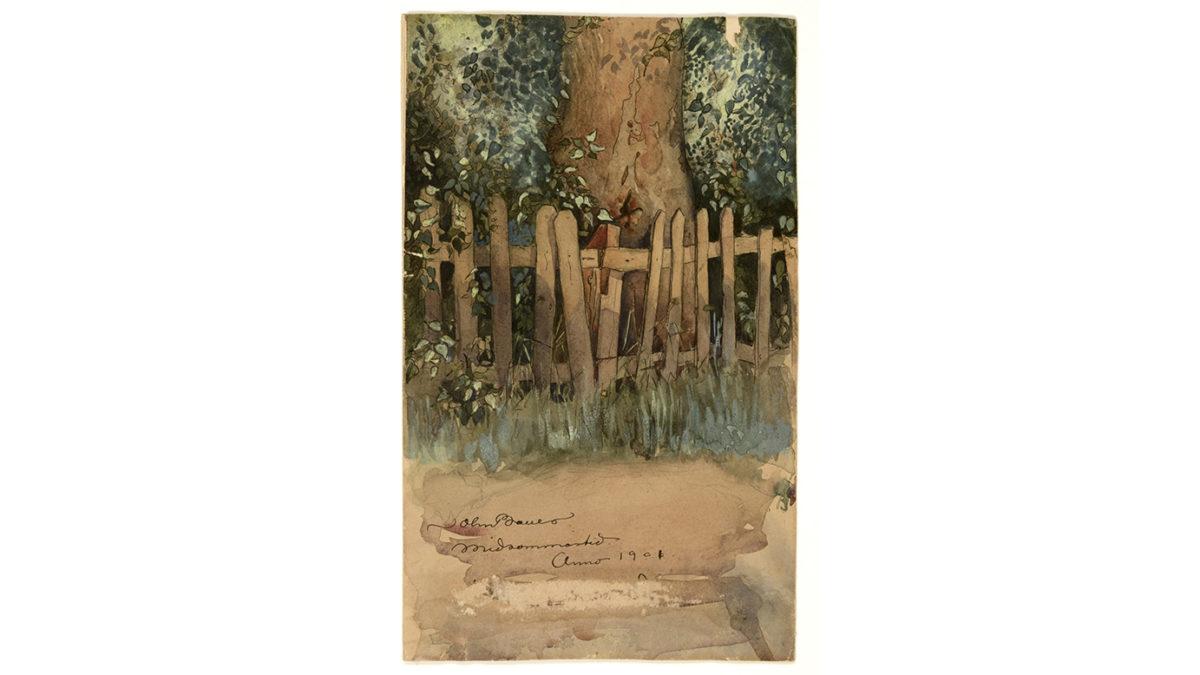 """I bakgrunden syns nedre delen av en brun trädstam och grönt bladverk. Framför detta står ett rangligt trästaket. På marken i förgrunden är skrivet: """"John Bauer midsommartid anno 1901""""."""