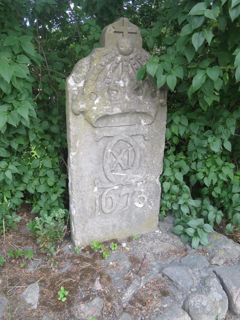 Milsten i kalksten som står i Tenhult men som saknar texten