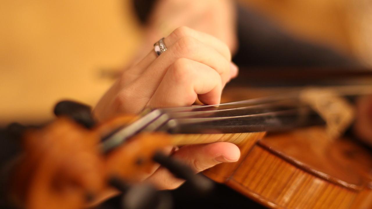 Närbild på händer och instrument