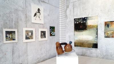 En utställningssal med verk från länssalongen 2020