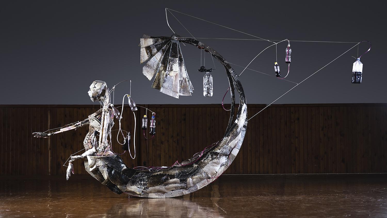 En skulptur i form av en robotliknande figur