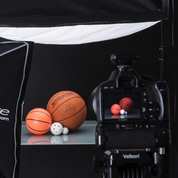 En studiofotografering med olika bollar