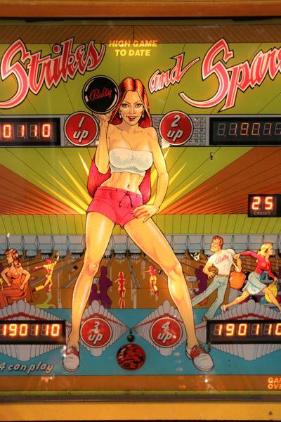 Flipperspelstavla med motiv av en lättklädd tjej som bowlar