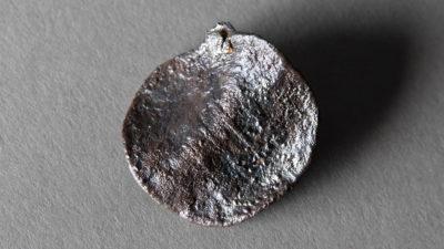 En silverplatta med formen av ett mynt