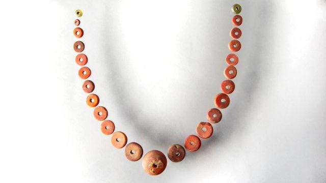 Pärlor i bärnsten uppradade som ett halsband