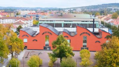 Museibyggnaden sedd från ovan med närliggande stadskärnan och grönska i museiparken
