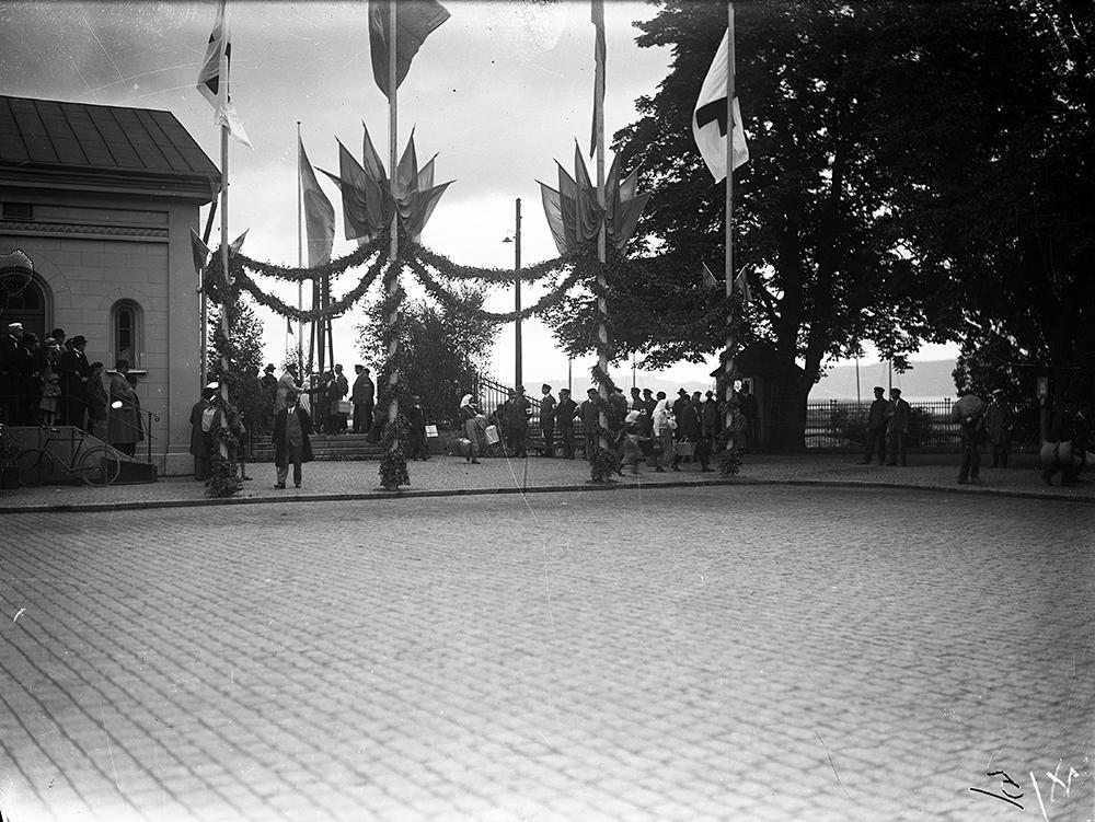 Järnvägsstationen i Jönköping välkomnar Svenskbyborna med girlanger och flaggor. JMF.00076