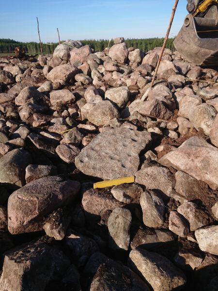En sten med små fördjupningar i, små gropar