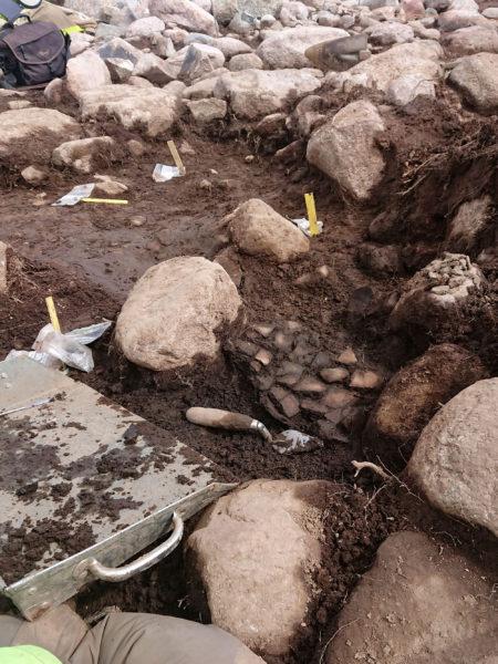 Kollapsad keramikkruka vid en arkeologisk undersökning