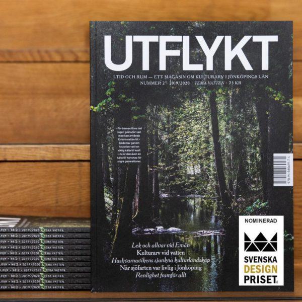 En stapel med tidskriften står i en trätrappa. Designprisets logga ligger i nedre högra hörnet.