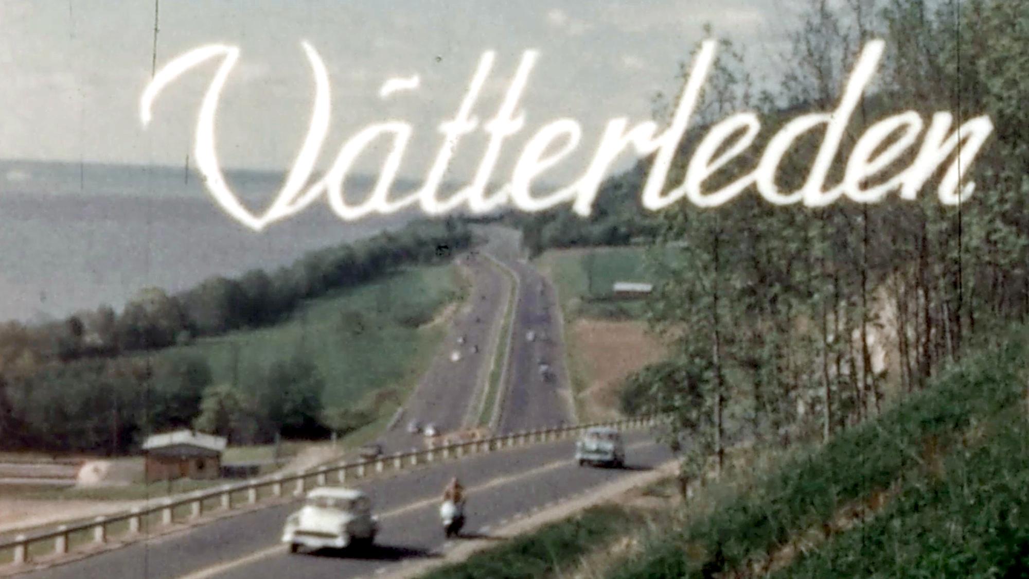 En stillbild ur en äldre film, med vy över en motorled genom ett grönskande landskap. I bilden står titeln Vätterleden