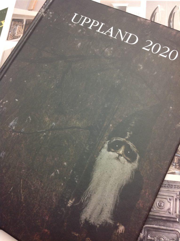 Omslaget till årsboken Uppland 2020 visar bild på en sorgsen liten tomte
