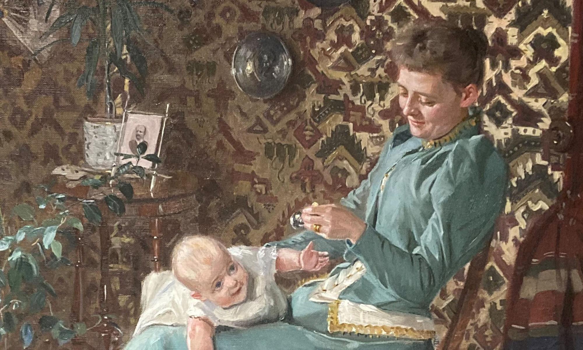 Kvinna sittandes i en stol med ett barn liggandes i knät